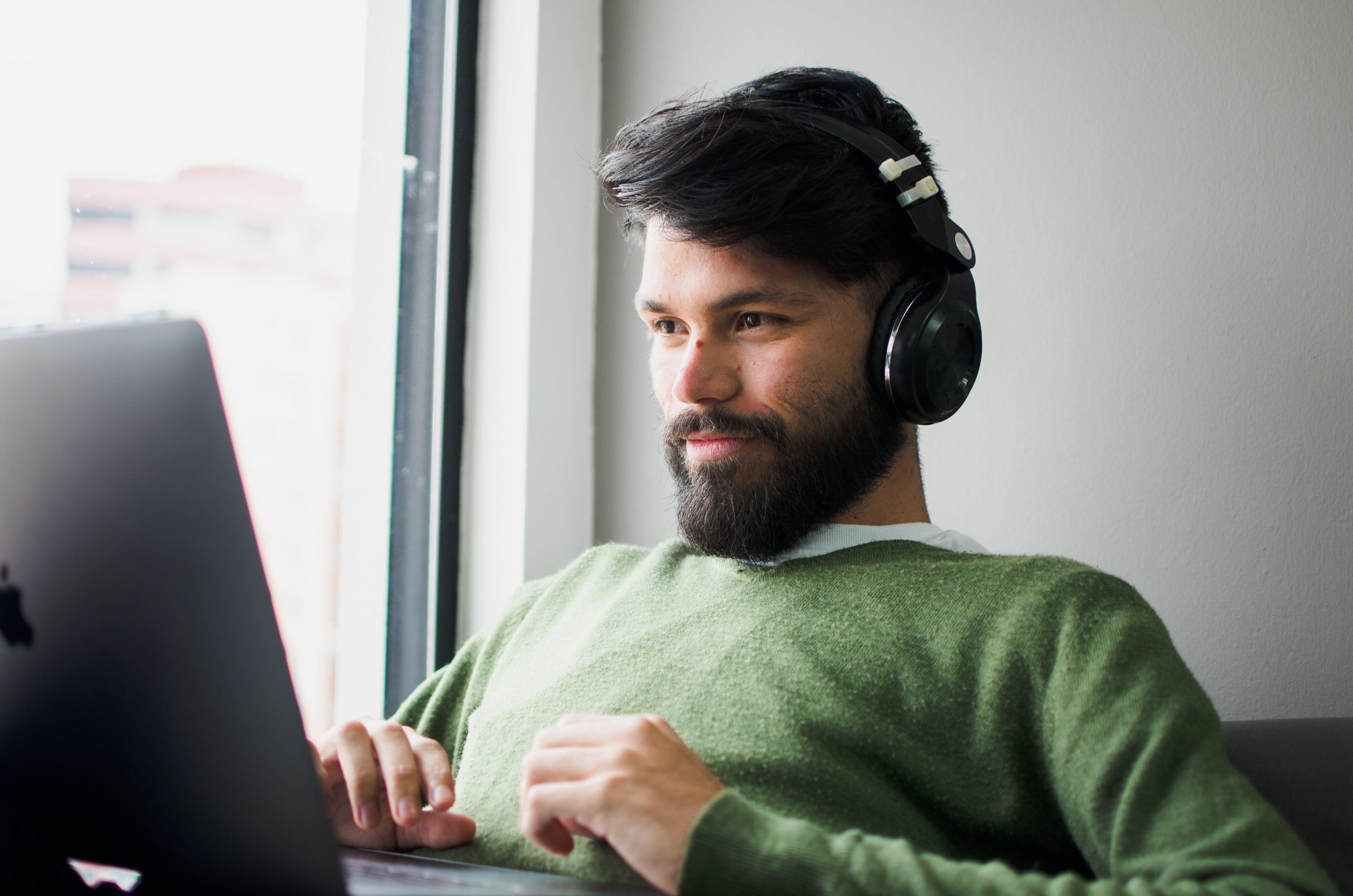 Homem escutando música no Mac