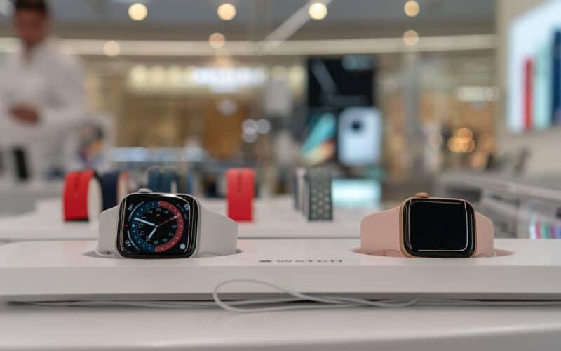 Apple Watches em exibição em loja