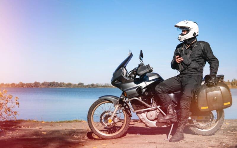 Motocicleta e homem com smartphone