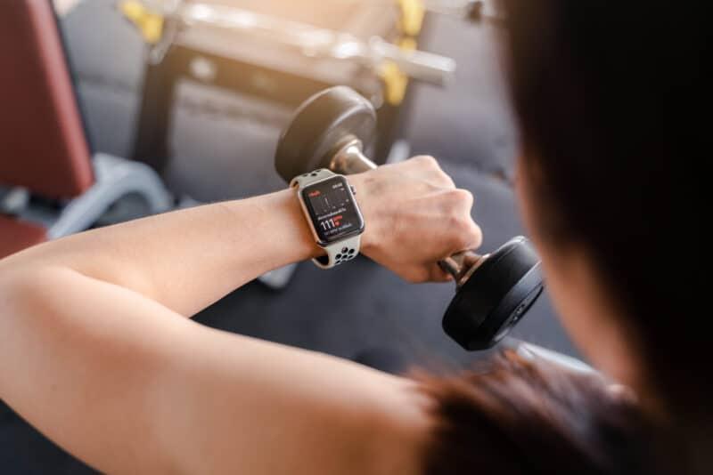 Apple Watch monitorando batimentos cardíacos