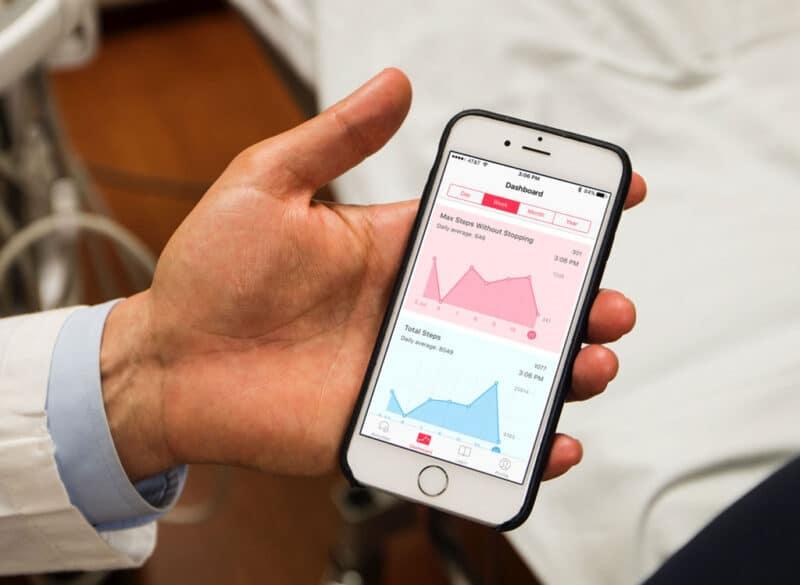 iPhone com métricas na tela