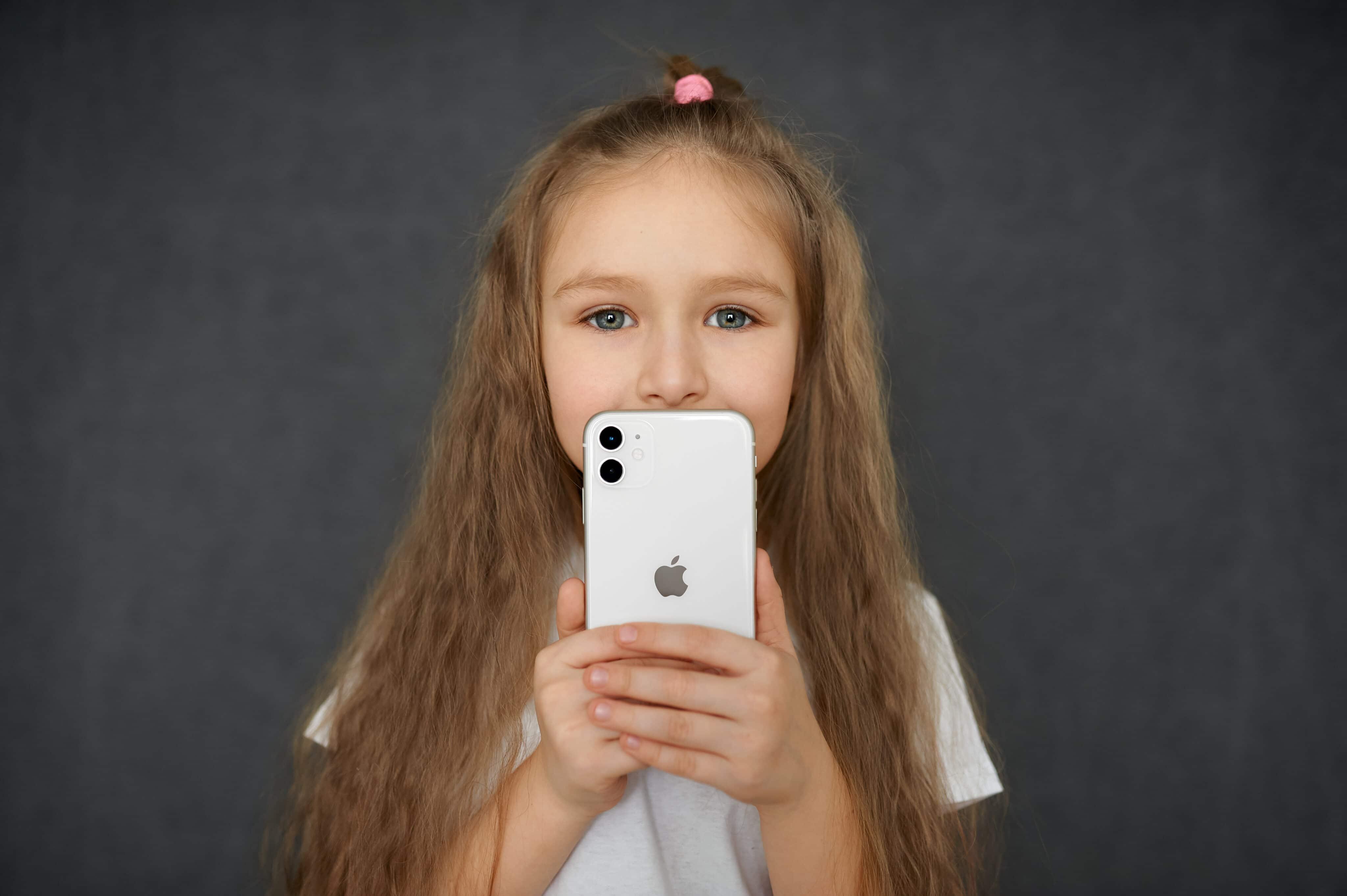Criança segurando um iPhone