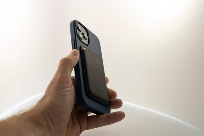 Carteira MagSafe acoplada em uma capa de um iPhone 12 Pro