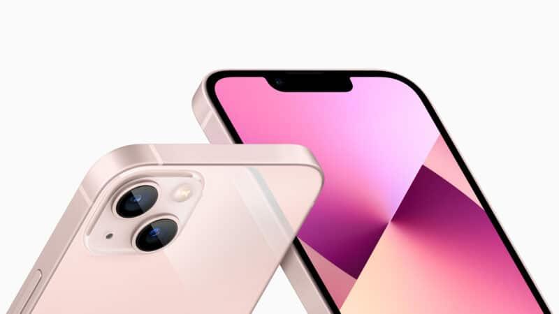 iPhone 13 rosa inclinado de frente e de trás