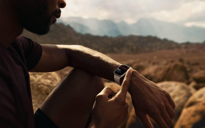 Homem usando Apple Watch Series 7 no deserto