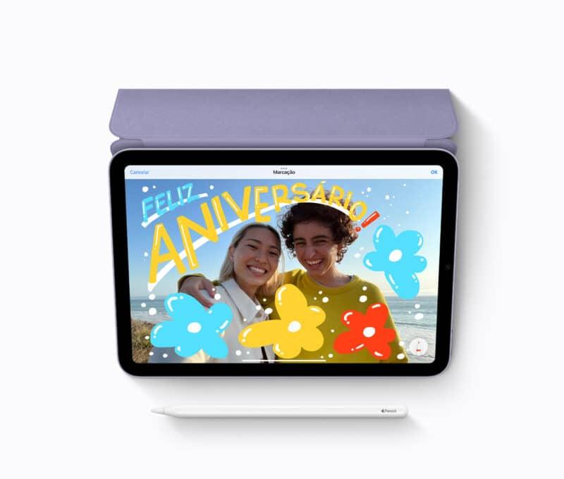 iPad mini visto de cima com Smart Folio e Apple Pencil
