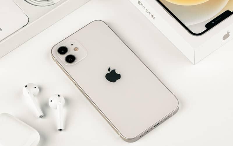 iPhone 12 e AirPods