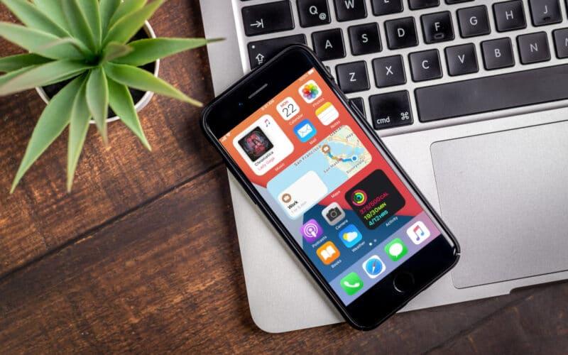 iPhone com widgets na tela inicial