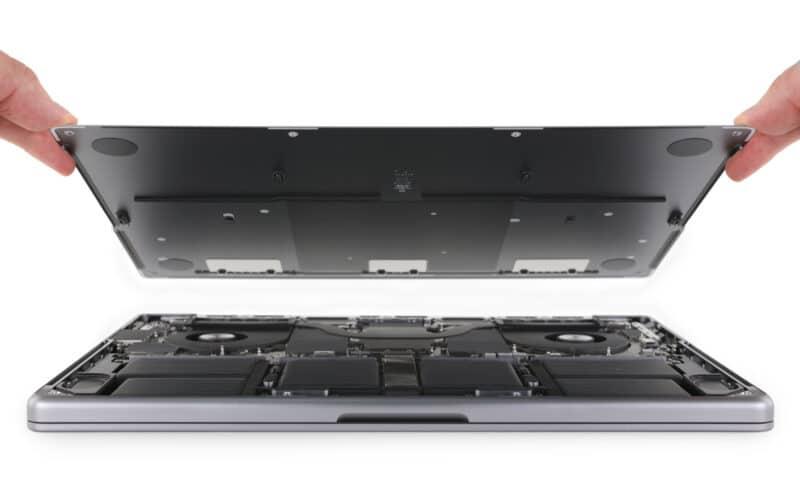 """Teardown do MacBook Pro de 14"""" feito pela iFixit"""
