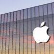 Logo da Apple em prédio de escritórios em Cupertino