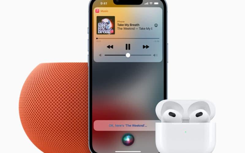 HomePod mini laranja, iPhone com Apple Music e AirPods de terceira geração
